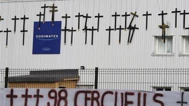 Les ouvriers de l'usine Sodimatex de Crépy-en-Valois (Oise) ont suspendu leur menace de faire exploser une citerne de gaz en échange de garanties sur le bon déroulement de négociations avec la direction. /Photo prise le 2 avril 2010/REUTERS/Régis Duvignau