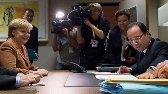 Tête-à-tête entre le président François Hollande et la chancelière Angela Merkel avant le début du Conseil européen, à Bruxelles. France et Allemagne ont rapproché jeudi leurs positions sur le budget de l'Union européenne sans toutefois parvenir à s'accor