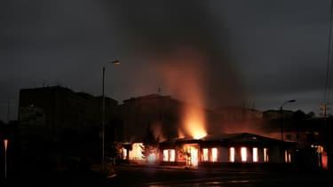 Un bâtiment en feu après des frappes à Stepanakert, au Nagorny Karabakh, le 4 octobre 2020