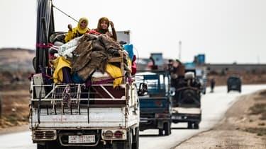 Des kurdes syriens et des familles arabes fuient la zone des conflits, près de la frontière turco-syrienne, le 22 octobre 2019