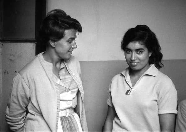 Gisèle Halimi et Djamila Boupacha, en avril 1962 à la maison centrale de Rennes, après l'amnistie de cette dernière.