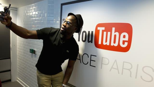 YouTube est tellement proche des internautes qu'ils n'hésitent pas à faire des selfies avec ses publicités.