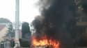 Les deux voitures de policiers, attaqués par des jets de cocktails Molotov, ce samedi à Viry-Châtillon