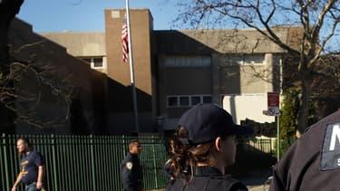 Des policiers devant le collège Peter Rouget à Brooklyn, New York, déployés après une alerte à la bombe le 15 décembre dernier.