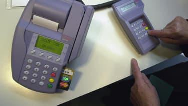 Des terminaux de paiement trafiqués par les escrocs enregistraient les données et les codes des cartes bancaires utilisées. (Photo d'illustration)