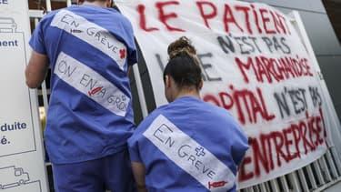 Image d'illustration - Des personnels soignants en grève devant l'hôpital de la Pitie-Salpetriere, à Paris en avril 2019