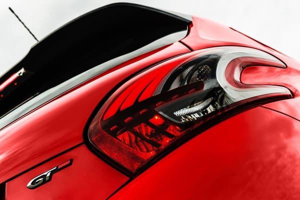 La 208 GT offre des finitions tranchées, sportives et élégantes.