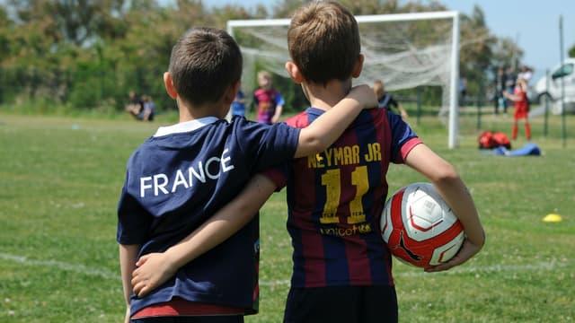 Des enfants jouant au football en mai 2016 à Saint-Martin-de-Ré (photo d'illustration).
