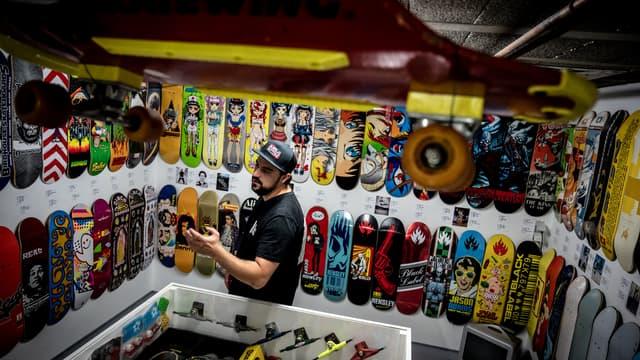 Le musée du skateboard, créé par Dimitri Jourdan dans le sous-sol de sa maison, en région lyonnaise.