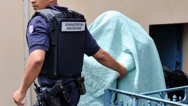 Matthieu, le meurtrier présumé d'Agnès Marin, se cache sous une couverture lors de son procès en première instance, le 18 juin 2013.