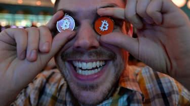 """Derrière la bonne humeur de façade, les utilisateurs de bitcoins sont inquiets. Ils se sont réunis à Tokyo, ce 27 févier. Ici, James MacWhyte, l'un des membres d'un club d'échanges """"Bitcoin Tokyo""""."""