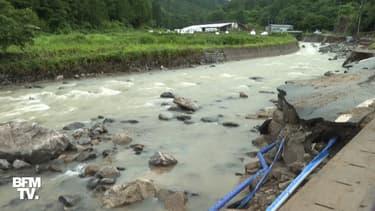 À Takayama au Japon, une route s'effondre après des pluies diluviennes