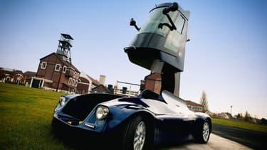 L'Iris Viséo est une monoplace française qui offre une autonomie de 80 km à 25 km/heure. Elle roule à 5 km/h quand la cabine est en hauteur.