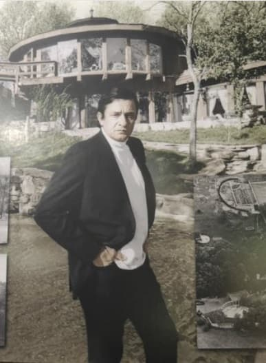 Johnny Cash devant sa maison avant l'incendie qui l'a ravagée en 2007.