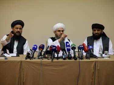 Les représentants talibans Abdul Latif Mansoor (g), Shahabuddin Delawar (c) et Suhail Shaheen, lors d'une conférence de presse à Moscou, le 9 juillet 2021 (photo d'illustration)