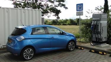 La société britannique Connected Energy et Renault ont installé deux  bornes de charge rapide en réutilisant des batteries de Zoé