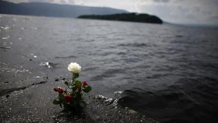 Rose à la mémoire des victimes de la tuerie d'Utoya, non loin de l'île. Anders Behring Breivik, l'homme qui a revendiqué cette attaque et l'attentat d'Oslo, a affirmé aux enquêteurs avoir agi seul. /Photo prise le 1er août 2011/REUTERS/Stoyan Nenov