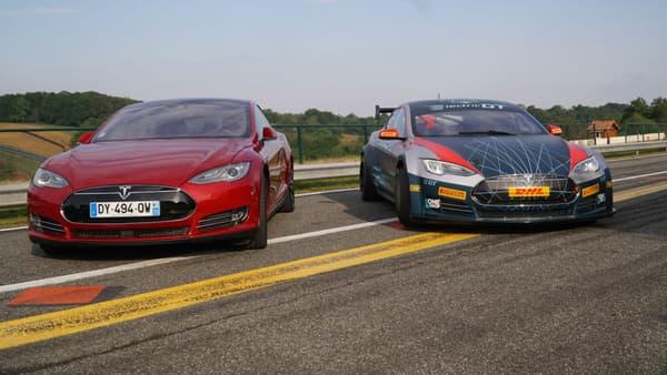La Tesla Model S de série (avant le restylage de 2016) à gauche et la version Electric GT à droite, sur la piste du circuit de Pau-Arnos le 27 avril dernier