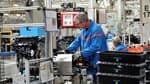 Un ouvrier sur la chaîne de montage de moteurs de la Française de Mécanique, à Douvrin, dans le Pas-de-Calais.