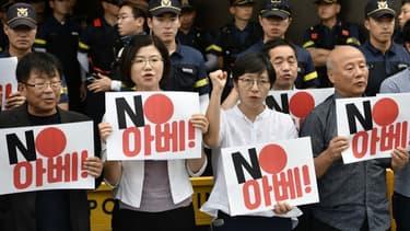 Des manifestants sud-coréens lors d'un rassemblement contre la décision du Japon de retirer la Corée du Sud de la liste des partenaires de confiance.