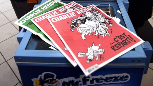 Les ventes du dernier Charlie Hebdo à couverture rouge sont toujours exceptionnelles, mais la ferveur s'est amenuisée.