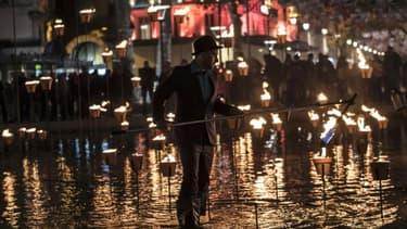 Un homme allume une bougie pour la fête des lumières à Lyon le 8 décembre 2015