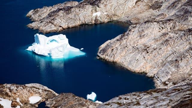 Un iceberg flotte le long de la côte orientale du Groënland près de Qulusuk