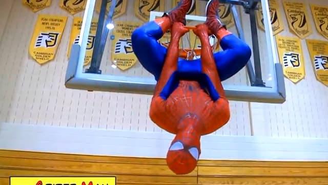 Jordan Kilganon dunke déguisé en Spiderman
