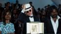 Le réalisateur Jacques Audiard entouré de ses deux acteurs vedettes pose avec la Palme d'or pour son film Dheepan.