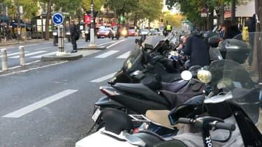 Des scooters stationnés dans Paris.