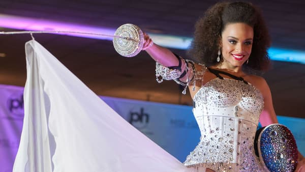 Alicia Ayliès vêtu de la tenue nationale qu'elle ne pourra finalement pas porter pour Miss Univers