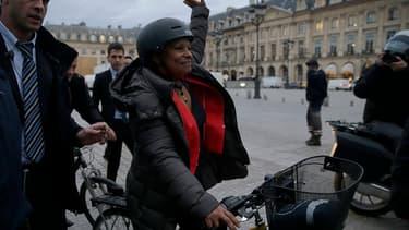 Christiane Taubira quitte le ministère de la Justice à vélo après la passation de pouvoir avec Jean-Jacques Urvoas