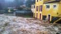 Un torrent dévale dans les rues d'une commune inondée, dans le Var.