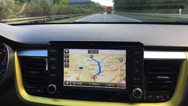 L'écran est un des atouts du Stonic. De série, il est très intuitif. Apple CarPlay comme Android Auto fonctionnent du premier coup sans aller chercher mot de passe et temps de connexion qui s'éternise. Sur la plus haute finition, les passagers arrière bénéficient également d'une prise USB.