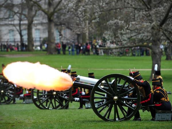 Des coups de canon en hommage au nouveau bébé royal.