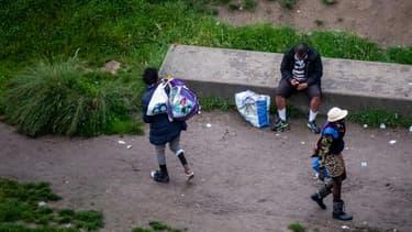 Des personnes dans les jardins d'Eole  ouverts aux consommateurs de crack, le 29 juin 2021 à Paris