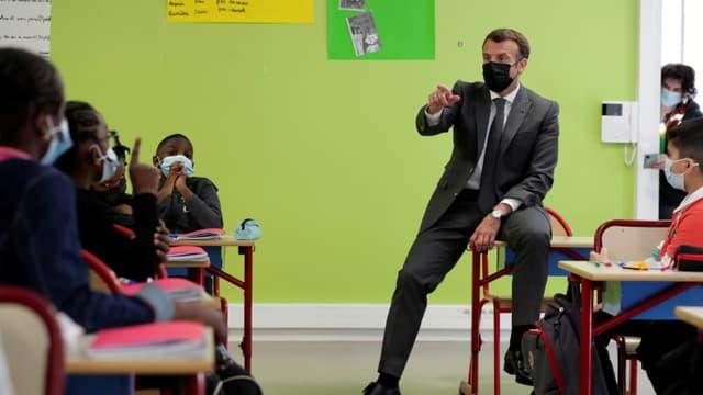 Le président Emmanuel Macron en visite dans une école à Melun, le 26 avril 2021 (photo d'illustration)
