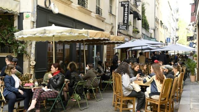 Photo prise le 19 mai 2021 à Paris montrant la réouverture des terrasses de restaurants.