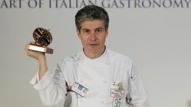 Giorgio Nava, un chef italien vivant en Afrique du Sud, a remporté le championnat du monde des pâtes, qui se déroulait à Parme, avec un modeste plat de cavatelli -des petites pâtes en forme de coquillage- simplement agrémenté de brocolis et de fleurs d'or