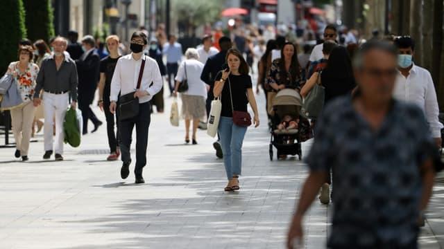 Des piétons sans masque sur les Champs-Elysées, le 17 juin 2021 à Paris