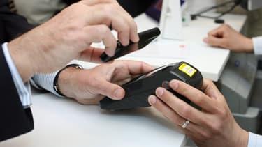 """Le smartphone connecté est devenu l'outil incontournable pour """"numériser"""" la relation avec le client en boutique."""