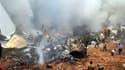 Pompiers à l'oeuvre après l'accident d'un avion de la compagnie Air India Express à Mangalore, dans le sud de l'Inde. Seules huit personnes parmi les 166 passagers et membres d'équipage qui étaient présents à bord ont survécu. /Photo prise le 22 mai 2010/
