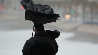Un parapluie retourné par le vent (illustration)