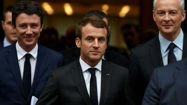 Le nouveau porte-parole du gouvernement Benjamin Griveaux (gauche), Emmanuel Macron et le ministre de l'Economie Bruno Le Maire (droite) à la sortie du ministère de l'Economie à Paris, le 21 novembre 2017