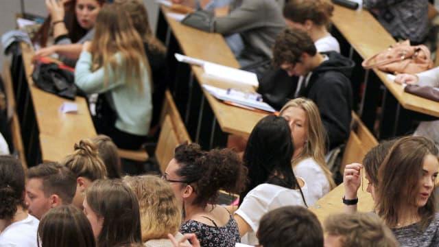 Des étudiants en Sciences assistent à une réunion lors de leur première journée de cours après la pause estivale, à l'université de Caen, dans le nord-ouest de la France, le 14 septembre 2015.