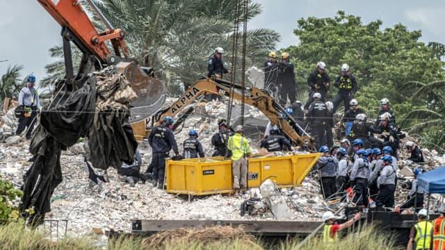 Des secouristes venus de tous les Etats-Unis, du Mexique et d'Israël s'affairent sur les décombres d'un immeuble effondré en Floride onze jours plus tôt, le 6 juillet 2021.