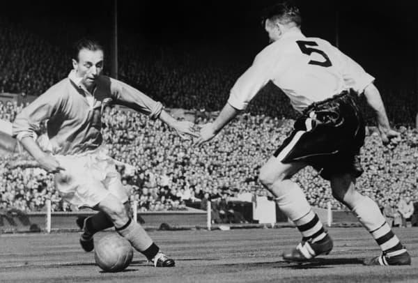 Stanley Matthews (à gauche), premier Ballon d'Or en 1956, ici à Wembley en finale de la Cup avec Blackpool en mai 1953