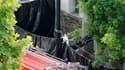 Policiers sur une scène de crime à Nantes. Un père de famille était activement recherché jeudi soir par la police après la découverte des corps de son épouse et de ses quatre enfants dans leur propriété de Nantes. /Photo prise le 21 avril 2011/REUTERS/Sté