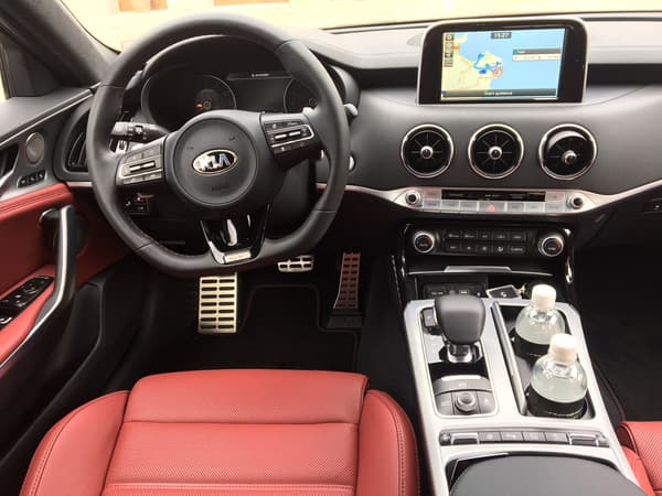 Dans cette Kia Stinger, le conducteur a facilement accès à toutes les commandes nécessaires... comme sur une voiture de circuit.