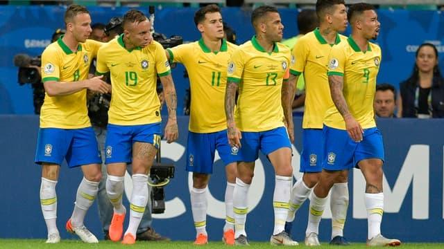 Les Brésiliens fêtent leur but.